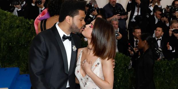Sao Hollywood hôn hít ở thảm đỏ: Selena và vợ chồng Justin đối lập, Cardi B phản cảm gây sốc, Brad Pitt chưa đỉnh bằng Tom Cruise - Ảnh 9.