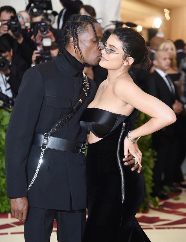 Sao Hollywood hôn hít ở thảm đỏ: Selena và vợ chồng Justin đối lập, Cardi B phản cảm gây sốc, Brad Pitt chưa đỉnh bằng Tom Cruise - Ảnh 16.