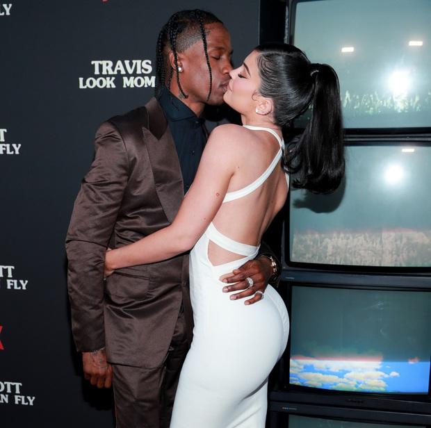 Sao Hollywood hôn hít ở thảm đỏ: Selena và vợ chồng Justin đối lập, Cardi B phản cảm gây sốc, Brad Pitt chưa đỉnh bằng Tom Cruise - Ảnh 18.
