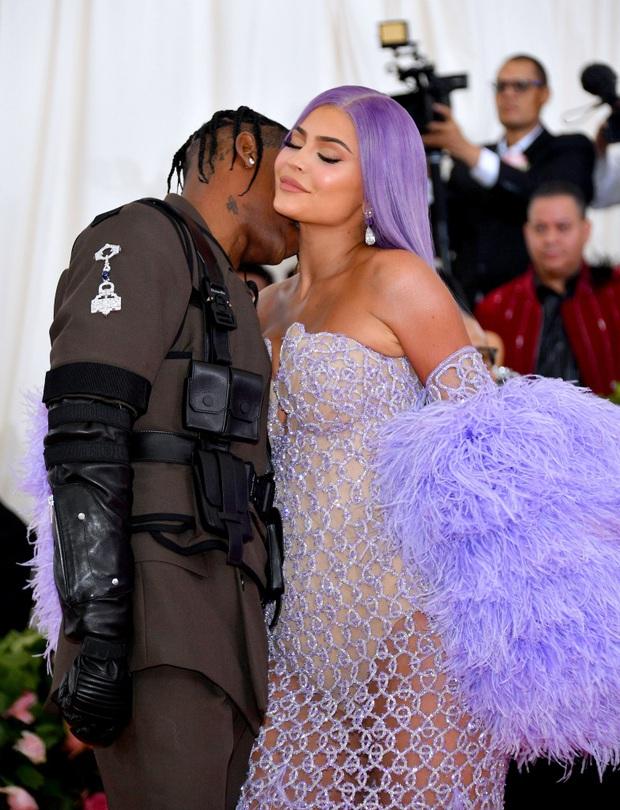 Sao Hollywood hôn hít ở thảm đỏ: Selena và vợ chồng Justin đối lập, Cardi B phản cảm gây sốc, Brad Pitt chưa đỉnh bằng Tom Cruise - Ảnh 19.