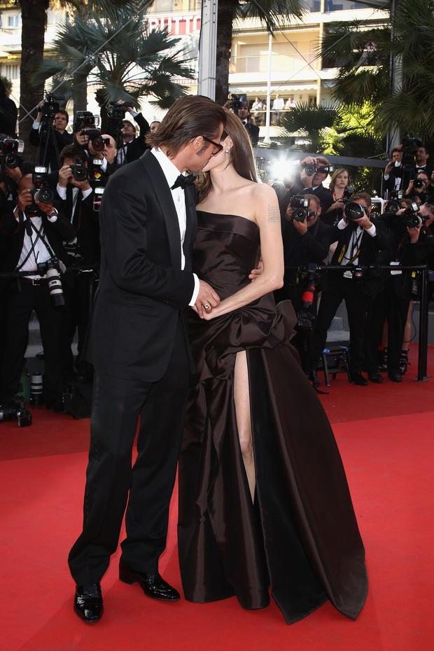 Sao Hollywood hôn hít ở thảm đỏ: Selena và vợ chồng Justin đối lập, Cardi B phản cảm gây sốc, Brad Pitt chưa đỉnh bằng Tom Cruise - Ảnh 24.