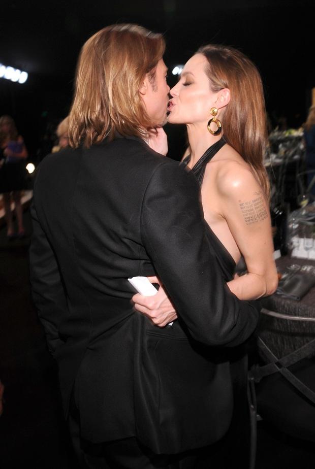 Sao Hollywood hôn hít ở thảm đỏ: Selena và vợ chồng Justin đối lập, Cardi B phản cảm gây sốc, Brad Pitt chưa đỉnh bằng Tom Cruise - Ảnh 25.