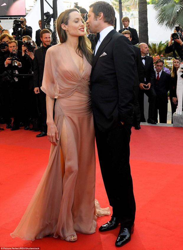 Sao Hollywood hôn hít ở thảm đỏ: Selena và vợ chồng Justin đối lập, Cardi B phản cảm gây sốc, Brad Pitt chưa đỉnh bằng Tom Cruise - Ảnh 26.