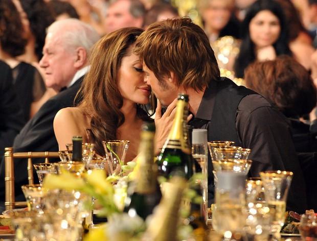 Sao Hollywood hôn hít ở thảm đỏ: Selena và vợ chồng Justin đối lập, Cardi B phản cảm gây sốc, Brad Pitt chưa đỉnh bằng Tom Cruise - Ảnh 27.