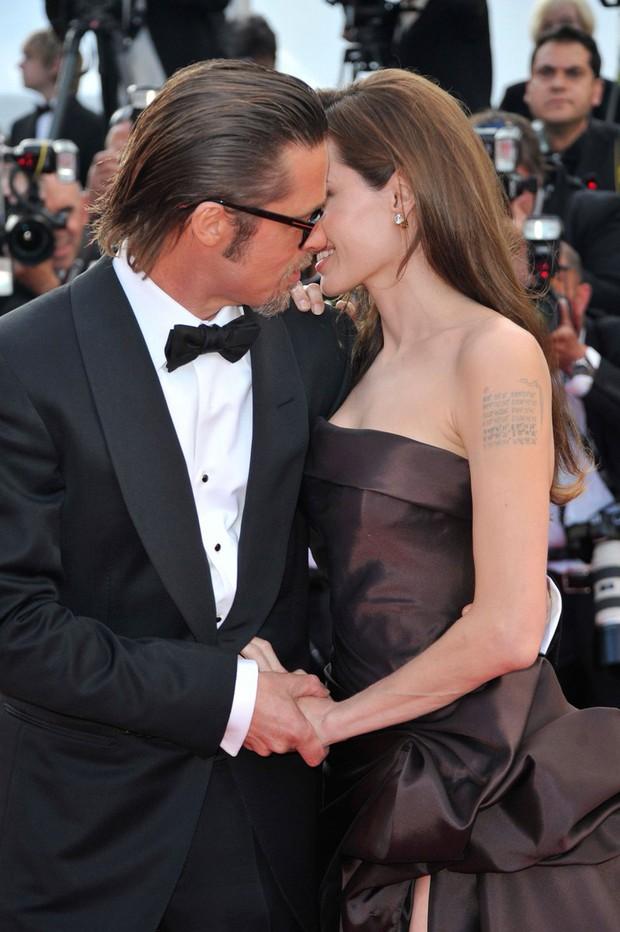 Sao Hollywood hôn hít ở thảm đỏ: Selena và vợ chồng Justin đối lập, Cardi B phản cảm gây sốc, Brad Pitt chưa đỉnh bằng Tom Cruise - Ảnh 28.