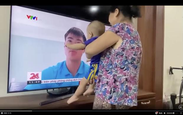 Xúc động hình ảnh con trai Duy Mạnh sà vào màn hình tivi ôm lấy bố - Ảnh 1.