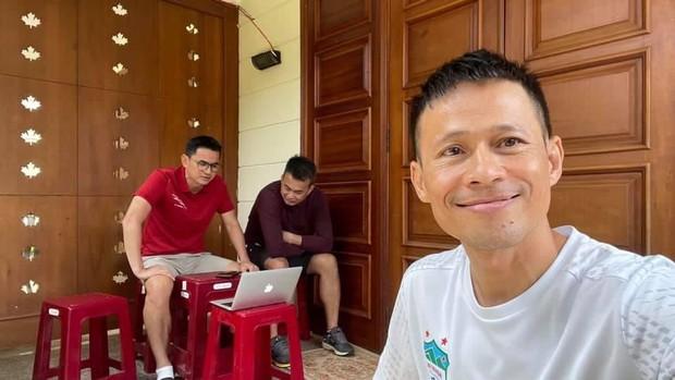 Cộng đồng mạng dậy sóng với hình ảnh Xuân Trường, Văn Toàn vừa họp online vừa tấu hài - Ảnh 3.
