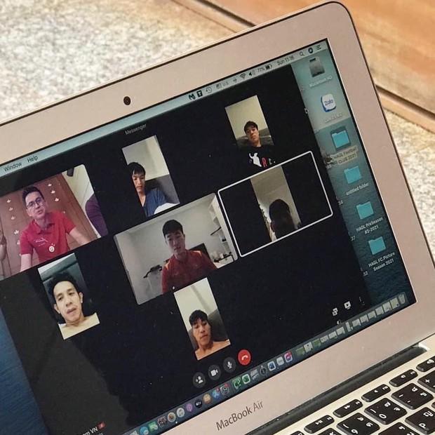 Cộng đồng mạng dậy sóng với hình ảnh Xuân Trường, Văn Toàn vừa họp online vừa tấu hài - Ảnh 2.