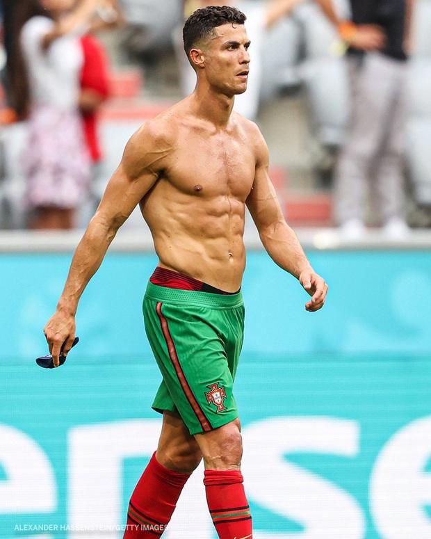 Ronaldo cởi trần khoe body như tượng tạc sau khi đội nhà thua tan tác trước Đức nhưng vậy thì chiếc áo của CR7 đã ở đâu? - Ảnh 1.