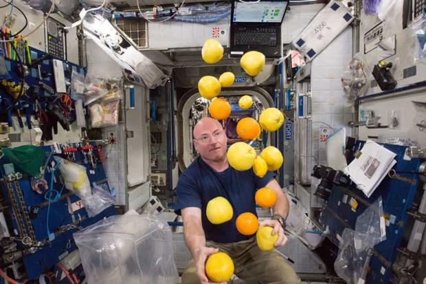 Khoảnh khắc hiếm hoi về cuộc sống của các phi hành gia trên Trạm Vũ trụ Quốc tế (ISS) - Ảnh 3.