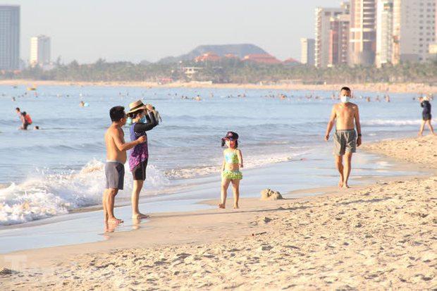 Bãi biển Đà Nẵng ra sao trước giờ cấm tắm? - Ảnh 3.