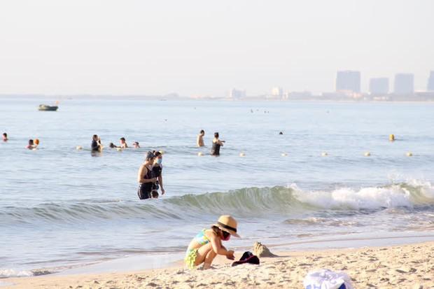 Bãi biển Đà Nẵng ra sao trước giờ cấm tắm? - Ảnh 4.