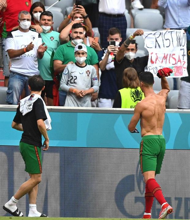 Ronaldo cởi trần khoe body như tượng tạc sau khi đội nhà thua tan tác trước Đức nhưng vậy thì chiếc áo của CR7 đã ở đâu? - Ảnh 4.
