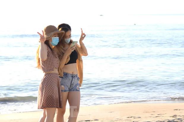 Bãi biển Đà Nẵng ra sao trước giờ cấm tắm? - Ảnh 7.