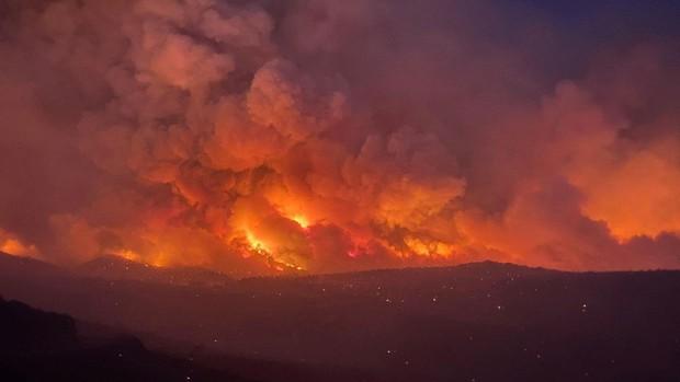 Chảo lửa kỷ lục thiêu đốt miền tây nước Mỹ, nhà máy điện lần đầu đóng cửa trong 50 năm - Ảnh 9.