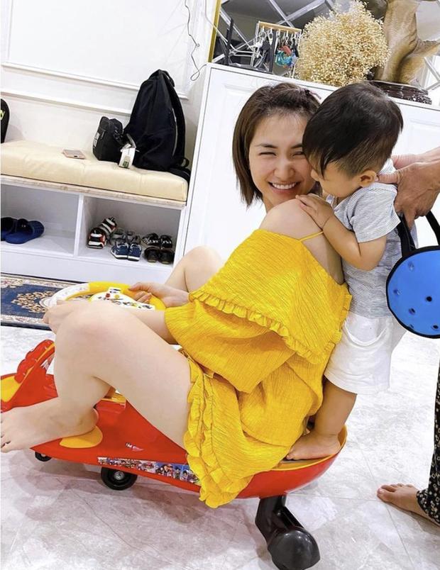 Netizen soi cận biểu cảm rưng rưng của bé Bo trên sóng livestream cùng mẹ, Hoà Minzy tiết lộ ngay bí mật phía sau - Ảnh 5.