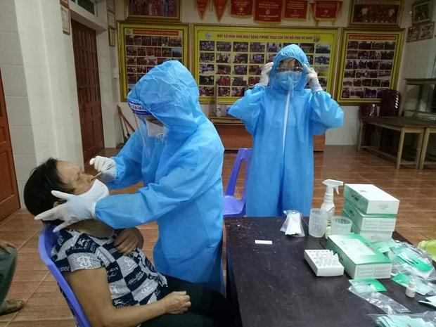 Nghệ An: Phát hiện 8 mẫu dương tính với virus SARS-CoV-2 trong quá trình test nhanh - Ảnh 1.