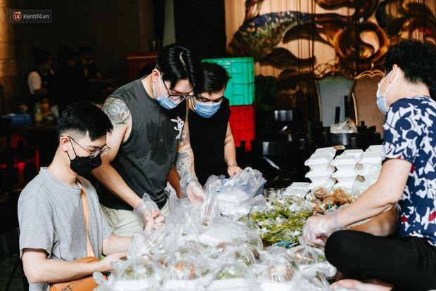 Cận cảnh nơi nấu 2.000 suất ăn mỗi ngày cho người nghèo ở Sài Gòn giữa dịch Covid-19 - Ảnh 8.
