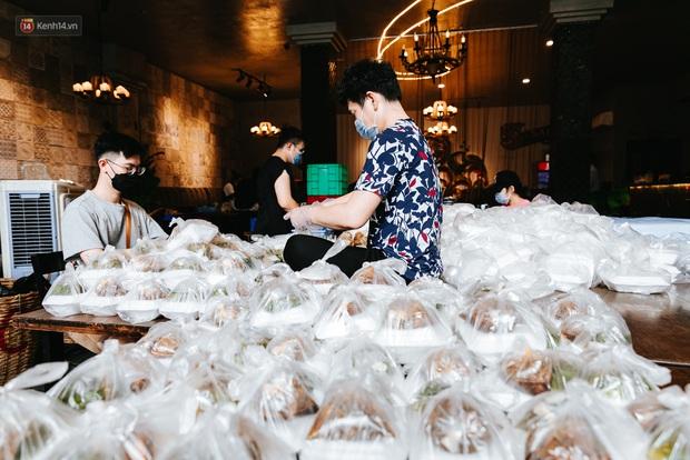 Cận cảnh nơi nấu 2.000 suất ăn mỗi ngày cho người nghèo ở Sài Gòn giữa dịch Covid-19 - Ảnh 9.