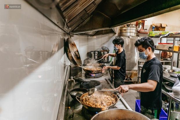 Cận cảnh nơi nấu 2.000 suất ăn mỗi ngày cho người nghèo ở Sài Gòn giữa dịch Covid-19 - Ảnh 7.