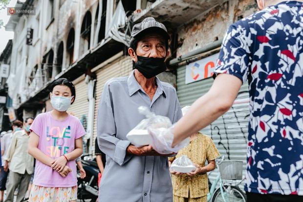 Cận cảnh nơi nấu 2.000 suất ăn mỗi ngày cho người nghèo ở Sài Gòn giữa dịch Covid-19 - Ảnh 14.