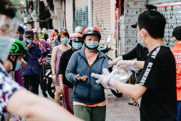 Cận cảnh nơi nấu 2.000 suất ăn mỗi ngày cho người nghèo ở Sài Gòn giữa dịch Covid-19 - Ảnh 11.