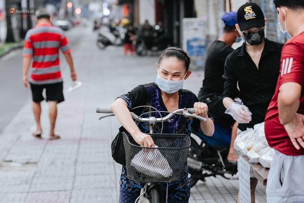 Cận cảnh nơi nấu 2.000 suất ăn mỗi ngày cho người nghèo ở Sài Gòn giữa dịch Covid-19 - Ảnh 12.