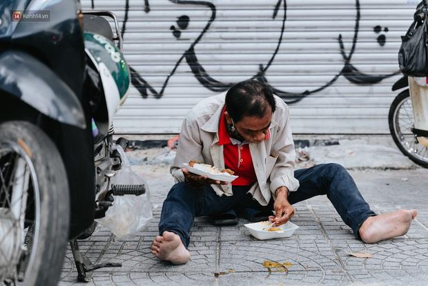 Cận cảnh nơi nấu 2.000 suất ăn mỗi ngày cho người nghèo ở Sài Gòn giữa dịch Covid-19 - Ảnh 15.