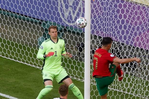 Thất vọng vì thua Đức tan nát, Ronaldo bèn cởi trần khiến dân tình náo loạn: 6 múi sầu riêng đều tăm tắp nhờ nói không với Coca - Ảnh 9.