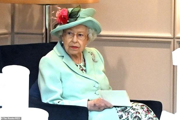 """Ngay sau khi bị Nữ hoàng tước hết quân hàm, Hoàng tử Harry lập tức có hành động """"trả đũa"""", thông tin được tiết lộ khiến nhiều người sửng sốt - Ảnh 1."""