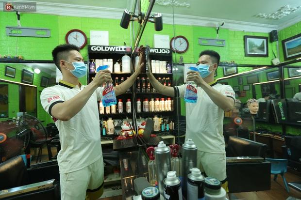 Ảnh: Chủ các hàng quán, tiệm tóc ở Hà Nội phấn khởi dọn dẹp xuyên đêm để chuẩn bị đón khách từ ngày 22/6 - Ảnh 2.