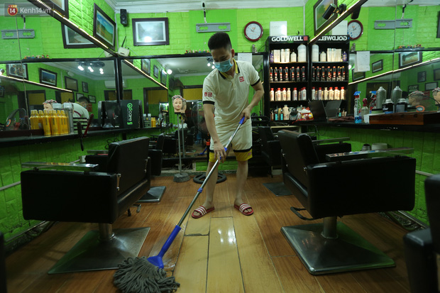 Ảnh: Chủ các hàng quán, tiệm tóc ở Hà Nội phấn khởi dọn dẹp xuyên đêm để chuẩn bị đón khách từ ngày 22/6 - Ảnh 1.