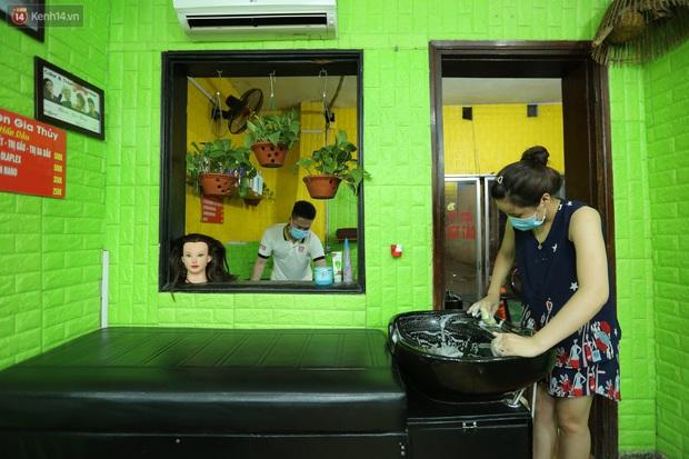 Ảnh: Chủ các hàng quán, tiệm tóc ở Hà Nội phấn khởi dọn dẹp xuyên đêm để chuẩn bị đón khách từ ngày 22/6 - Ảnh 3.