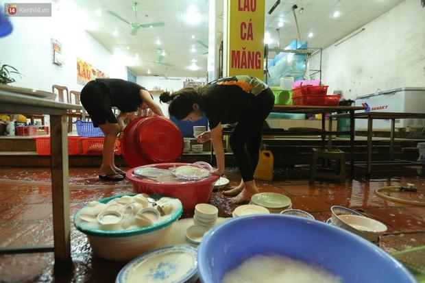 Ảnh: Chủ các hàng quán, tiệm tóc ở Hà Nội phấn khởi dọn dẹp xuyên đêm để chuẩn bị đón khách từ ngày 22/6 - Ảnh 4.