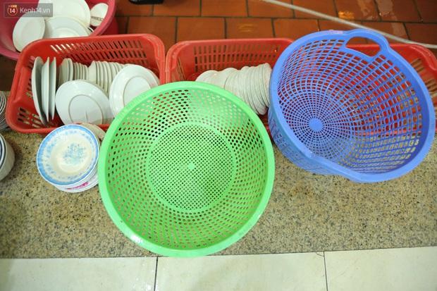 Ảnh: Chủ các hàng quán, tiệm tóc ở Hà Nội phấn khởi dọn dẹp xuyên đêm để chuẩn bị đón khách từ ngày 22/6 - Ảnh 6.