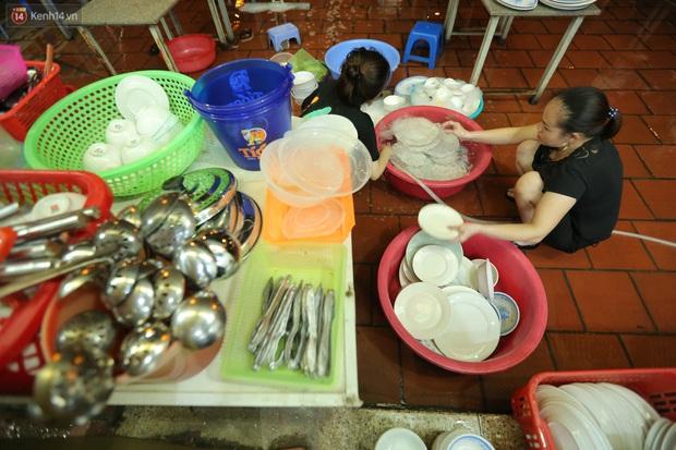 Ảnh: Chủ các hàng quán, tiệm tóc ở Hà Nội phấn khởi dọn dẹp xuyên đêm để chuẩn bị đón khách từ ngày 22/6 - Ảnh 5.
