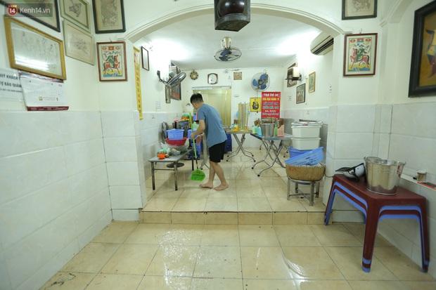 Ảnh: Chủ các hàng quán, tiệm tóc ở Hà Nội phấn khởi dọn dẹp xuyên đêm để chuẩn bị đón khách từ ngày 22/6 - Ảnh 9.