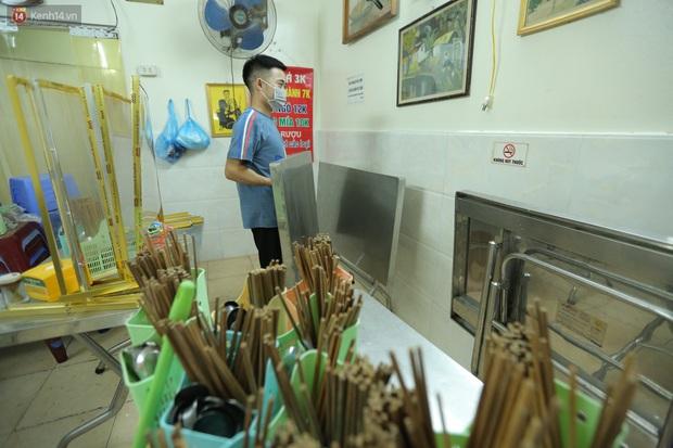 Ảnh: Chủ các hàng quán, tiệm tóc ở Hà Nội phấn khởi dọn dẹp xuyên đêm để chuẩn bị đón khách từ ngày 22/6 - Ảnh 8.