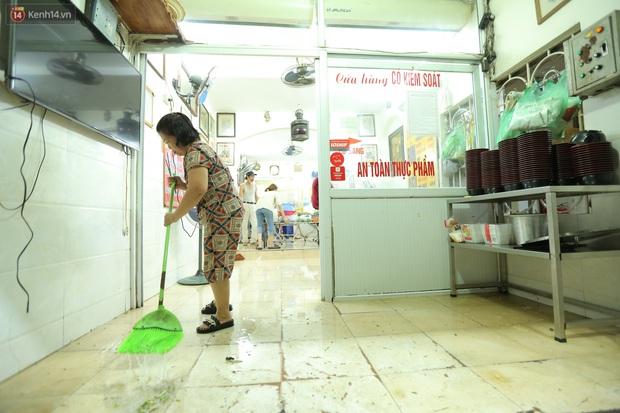Ảnh: Chủ các hàng quán, tiệm tóc ở Hà Nội phấn khởi dọn dẹp xuyên đêm để chuẩn bị đón khách từ ngày 22/6 - Ảnh 10.