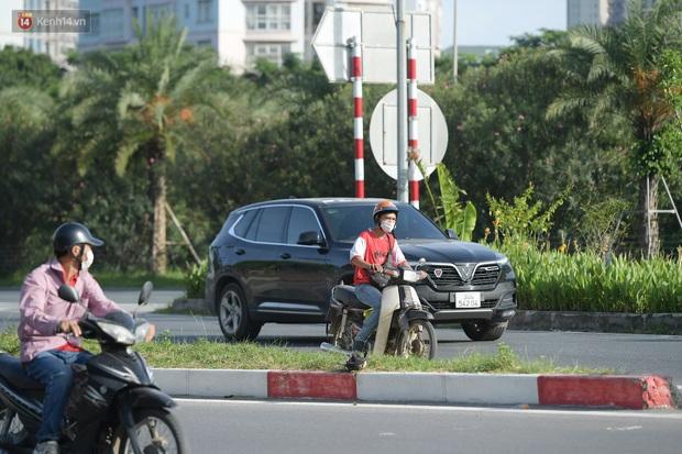 Ảnh: Thót tim cảnh xe máy quay đầu bỏ chạy trên cao tốc Đại lộ Thăng Long khi thấy CSGT - Ảnh 1.
