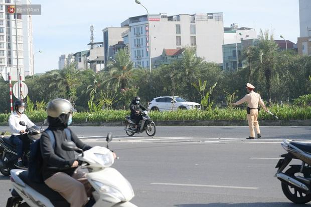 Ảnh: Thót tim cảnh xe máy quay đầu bỏ chạy trên cao tốc Đại lộ Thăng Long khi thấy CSGT - Ảnh 3.