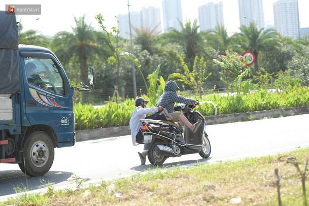 Ảnh: Thót tim cảnh xe máy quay đầu bỏ chạy trên cao tốc Đại lộ Thăng Long khi thấy CSGT - Ảnh 4.