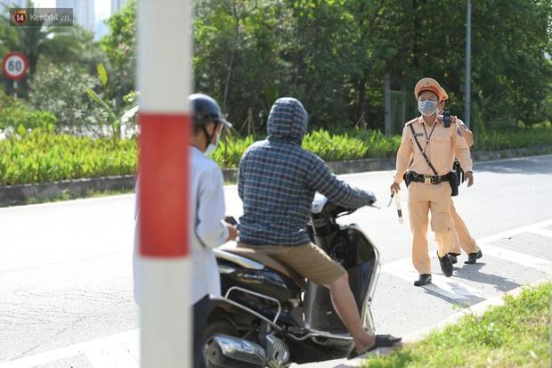 Ảnh: Thót tim cảnh xe máy quay đầu bỏ chạy trên cao tốc Đại lộ Thăng Long khi thấy CSGT - Ảnh 6.