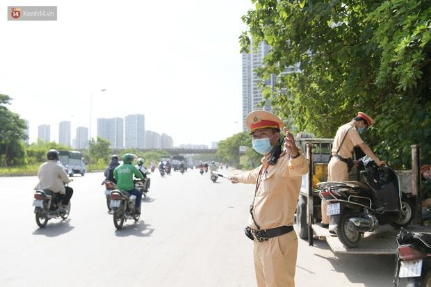 Ảnh: Thót tim cảnh xe máy quay đầu bỏ chạy trên cao tốc Đại lộ Thăng Long khi thấy CSGT - Ảnh 12.