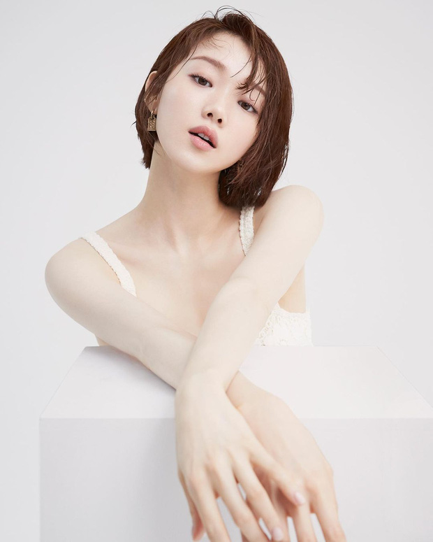 Tiên nữ cử tạ Lee Sung Kyung bất ngờ đổi gió xuống tóc ngắn chưa từng có, người đâu lột xác tomboy mà vẫn đẹp không chê nổi - Ảnh 4.