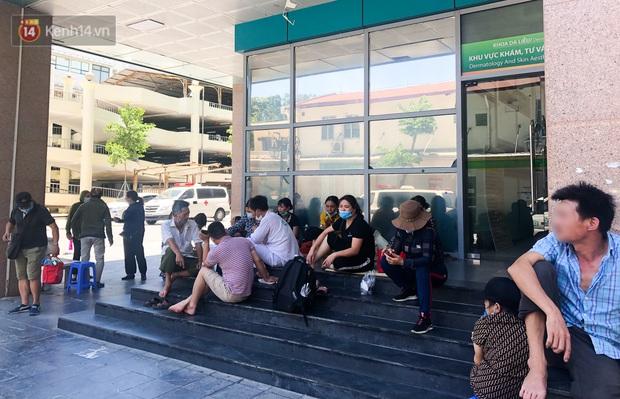 Ảnh: Người thân bệnh nhân nằm vật vờ tại bệnh viện Bạch Mai dưới cái nóng gần 50 độ C - Ảnh 12.