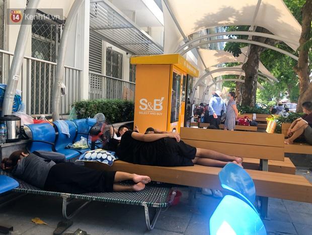 Ảnh: Người thân bệnh nhân nằm vật vờ tại bệnh viện Bạch Mai dưới cái nóng gần 50 độ C - Ảnh 2.