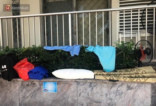Ảnh: Người thân bệnh nhân nằm vật vờ tại bệnh viện Bạch Mai dưới cái nóng gần 50 độ C - Ảnh 6.