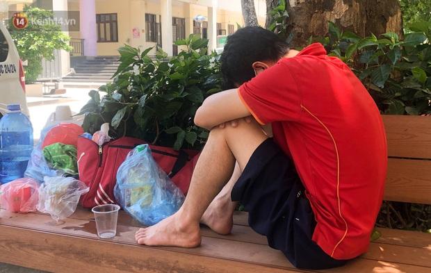 Ảnh: Người thân bệnh nhân nằm vật vờ tại bệnh viện Bạch Mai dưới cái nóng gần 50 độ C - Ảnh 8.