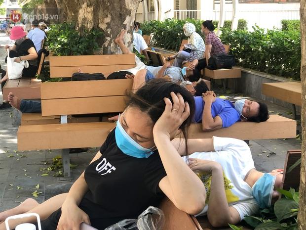 Ảnh: Người thân bệnh nhân nằm vật vờ tại bệnh viện Bạch Mai dưới cái nóng gần 50 độ C - Ảnh 3.